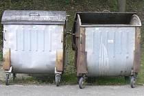 Vandal roztlačil kontejner, který se asi po třiceti metrech převrátil na vozovku. Ilustrační foto.