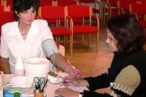 MĚŘENÍ TLAKU. Na snímku měří tlak jedné z účastnic Dne zdraví v Prachaticích Miriam Čermáková (vpravo). Dále si mohli zájemci nechat zjistit, jaké je jejich procento tělesného tuku.