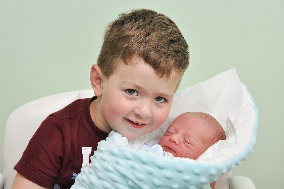 ŠIMON KUNEŠ, VIMPERK. Narodil se ve středu 1. května ve 13 hodin a 50 minut ve strakonické porodnici. Vážil 3060 gramů. Má brášku Štěpánka (2 roky).Rodiče: Eva a Filip.
