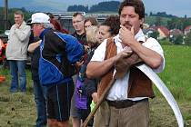 Jeden z účastníků závodů se chystá na svůj kus louky.