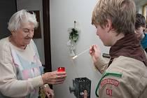 Na Štědrý den dopoledne roznášeli prachatičtí skauti betlémské světlo po Prachaticích. První zastávku měli v Domě s pečovatelskou službou Skalka.