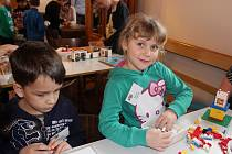 Desítky dětských rukou se pustily do výstavby barevného města.