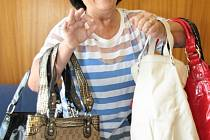 Části svých kabelek se pro dobrou věc vzdala také Alena Fišerová z Prachatic.