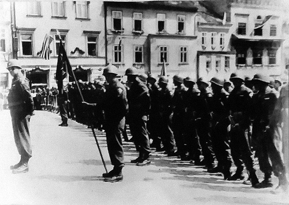 Prachatice v květnu 1945 - Nástup US vojáků na náměstí. Fotografie z Diplomové práce Mgr. Pavla Študlara Prachatickému deníku poskytl Emil Nachlinger z Těšovic