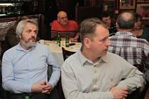 Starostové šumavských obcí jsou často obviňováni, že podporují developerské projekty. Starosta Kvildy Václav Vostradovský (vpravo) naopak podporuje stavební uzávěru, která má podobným plánům zabránit.
