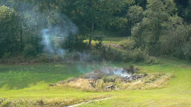 Hasiči z Prachatic a dobrovolní hasiči z Netolic museli vyjet dohasit ohniště. Ilustrační foto.