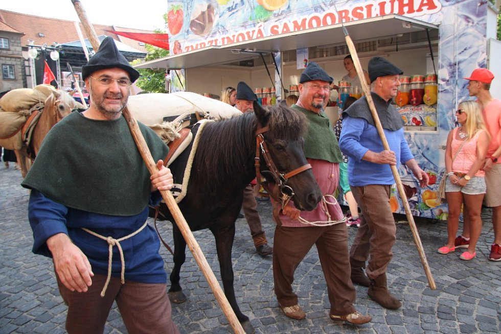 Páteční odpolední program Slavností Zlaté stezky pokračoval tradičně příchodem karavany soumarů, která letos dorazila pěšky z Grainetu i s nákladem soli.