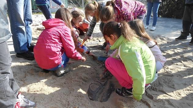 Školáci ze Zlaté stezky si vyzkoušeli roli archeologů.