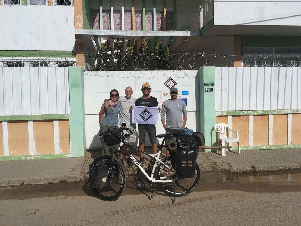 Cestovatel Tadeáš Šíma Prachatic přijel po půl roce cesty na kole Apache do Namibie.