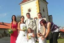 Věž zámku dokresluje kouzelnou atmosféru svatebního dne.