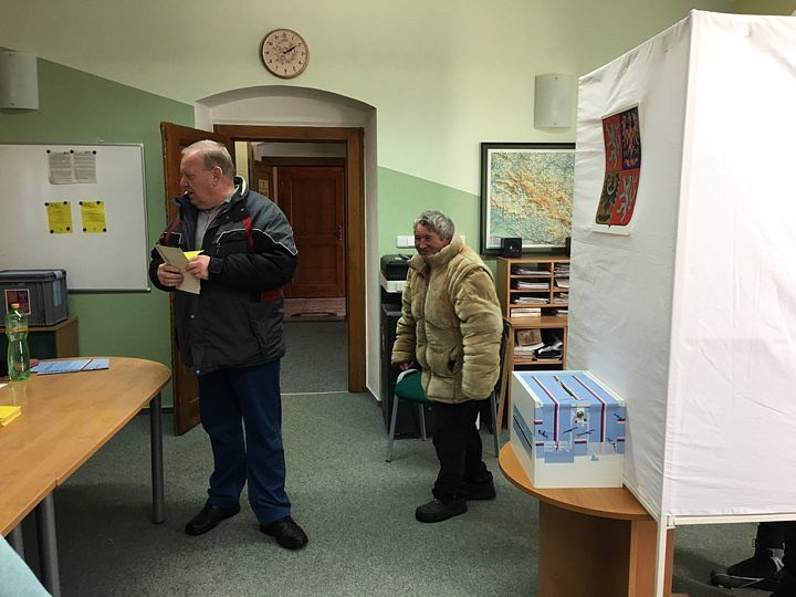 Volební místnost se otevřela také v Kvildě, plno zde bylo okamžitě.