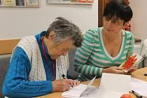 Základy grafologie a rozbor písma přinesla do SeniorPointu Prachatice lektorka PaedDr. Ivana Bečvářová.