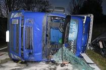Hasiči, kteří vyjížděli k nehodě kamionu u Lenory, havarovali jen o pár desítek metrů před ní.