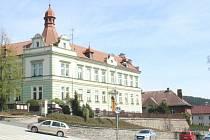 Vimperk, ulice 1. máje, sídlo městské knihovny a budova bývalé lesnické školy. Ilustrační foto