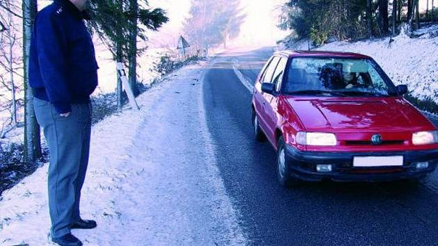 ZVÝŠENÁ OPATRNOST. V části vozovky u Zdenic, která je na snímku, musejí řidiči jezdit opravdu opatrně a raději zpomalit. Za zády Martina Grožaje je strmý mnohametrový svah.