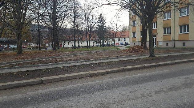 Dokončování chodníku ve Slámově ulici vPrachaticích.