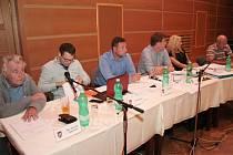 Opozice ve vimperském zastupitelstvu se tentokrát zaměřila hlavně na činnost místostarosty města Jiřího Caise. Dokonce jej zastupitel Pavel Dvořák vyzval, zda nechce nechat hlasovat o vyslovení důvěry.