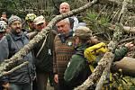 Několikaseti členná výprava, tvořená bývalými expremiéry, ministry i současnými zástupci senátu a parlamentu, doplněná o desítky odborníků, se v sobotu ráno vypravila z Jeleních vrchů k Plešnému jezeru.