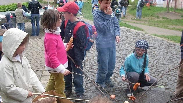 Den dětí doprovázel oheň.