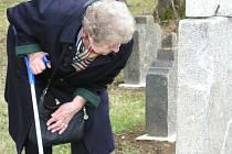 Němečtí rodáci i čeští obyvatelé světili dnes 25. října hřbitov na Novém Světě a uctili tak památku zesnulých.