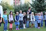 Prvňáčci ve Vodňance dostali každý svůj zvoneček a společně s třídní učitelkou Janou Sitterovou si první den ve škole zazvonili.