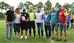 Ve Strunkovicích se gratulovalo a slavilo ještě před fotbalem.