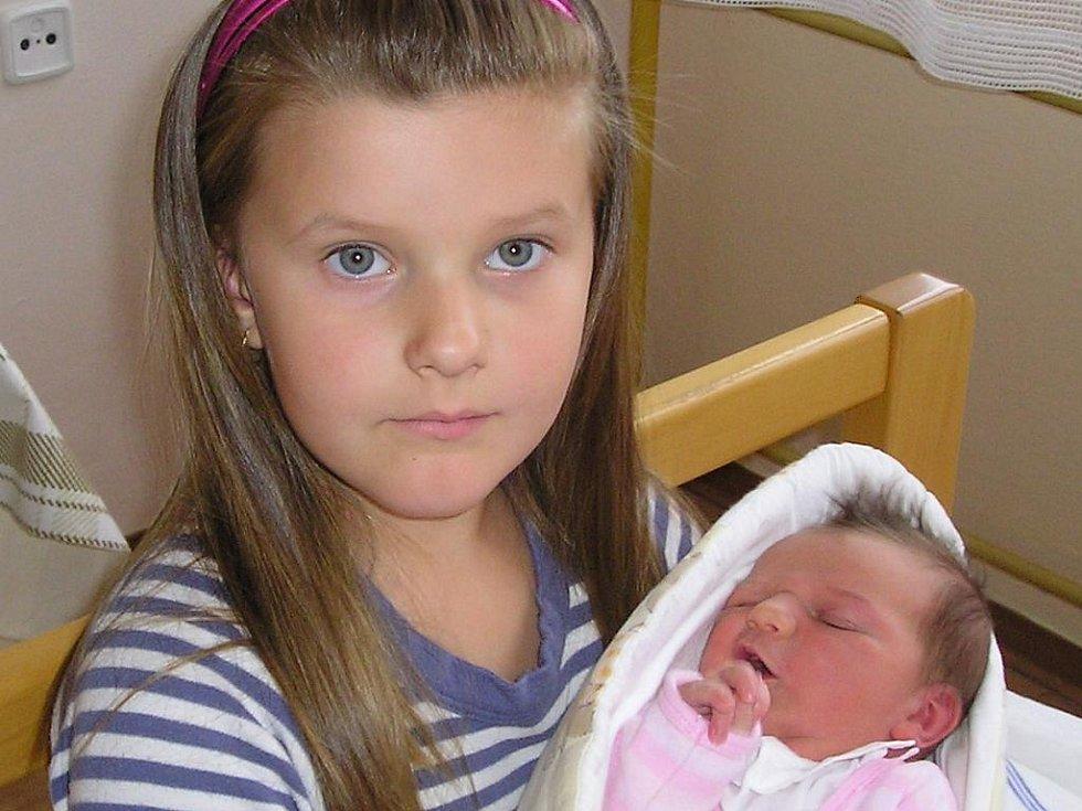 Klára Tomsová se narodila v prachatické porodnici 27. srpna dvě hodiny a patnáct minut po půlnoci. Vážila 3650 gramů a měřila padesát dva centimetrů. Rodiče Bohumil a Jitka si holčičku odvezou domů do Starých Prachatic, kde čeká šestiletá sestřička Kateři