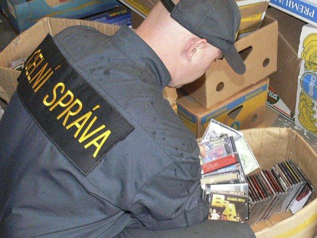 Celníci zabavili obuv, CD a DVD