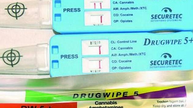 Do pěti minut ví policista v terénu, zda je řidič pod vlivem pěti různých druhů drog. Marihuanu test pozná bezpečně. V případě, že tester ukáže jen dvě červené čárky vpravo, je vše v pořádku.