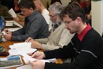 Místostarosta Volar Ladislav Touš (vpředu) slíbil, že pokud zastupitelé schválí strategický plán na roky 2014 až 2020, druhý den bude jeho elektronická verze přístupná na webových stránkách města. Svůj slib splnil.