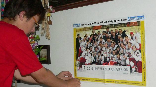 """Plakát """"zlatých hochů"""" zdobí od včera také pokojíček Petra Klímy z Prachatic"""