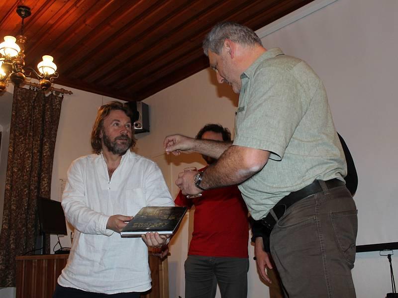 Na polesí v Zátoni se křtila kniha Pralesy Šumavy.