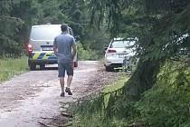 Dva houbaři z Českého Krumlova našli v lese mrtvého muže.