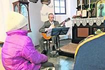 KONCERT. Hořící svíce, hudba v podání manželů  Srnkových a  nově opravené prostory kapličky vytvářely atmosféru 3. adventní neděle.