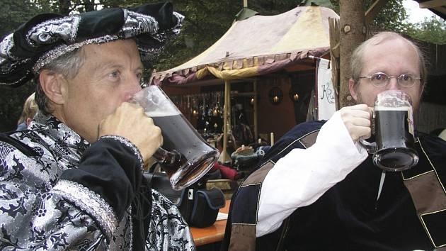 NA NÁVŠTĚVĚ. Miloš Beneš, jediný zástupce vimperské radnice, i Roman Hajník, předseda  Stifterova pošumavského železničního spolku, si po průvodu nenechali ujít korbel freyungského piva.