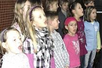 Děti přišly zazpívat.