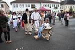 Ke Slavnostem dřeva ve Volarech jednoznačně patří o pochod ve dřevácích. Letos sice čtyři roky starý nový rekord překonán nebyl, ale i tak se po volarském náměstí prošlo ve dřevácích bez mála dvě stě lidí.