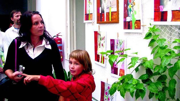 Zimní zahradu zdobí výtvarná díla školáků ze Základní školy Vodňanská v Prachaticích.