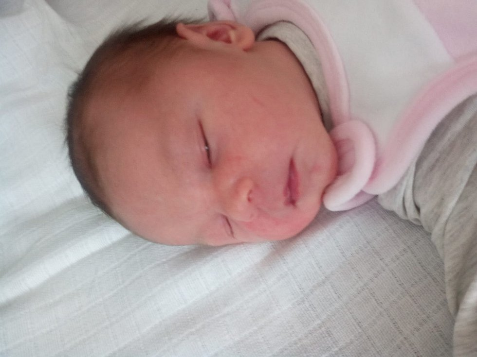 MALVÍNA PECKOVÁ, LHENICE. Narodila se v neděli 19. května v 17 hodin a 49 minut v českobudějovické porodnici. Vážila 3810 gramů. Rodiče: Jitka Bestrejková a Zbyněk Pecka.