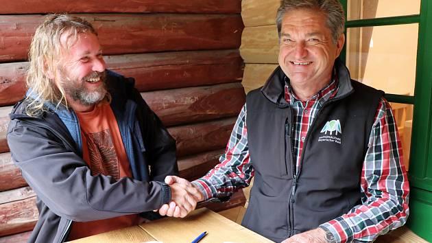 V nedávno zrekonstruované chatě Racheldiensthütte podepsali ředitelé národních parků Pavel Hubený (vlevo) a Franz Leibl třetí společnou dohodu o spolupráci.