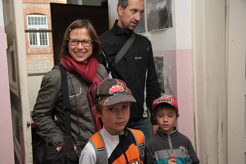 Iniciativa Živá vila, která bojuje o záchranu vily v Nádražní ulici v Prachaticích, uspořádala v pátek výstavu starých fotografií. Navíc od pátku do soboty se v ní konal bleší trh.