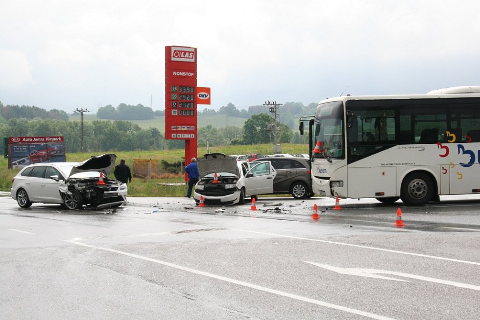 Srážky tří osobních aut a autobusu na křižovatce U Stopařky ve Vitějovicích.