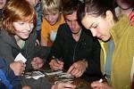 Roman s Terezou podepisují své kartičky.
