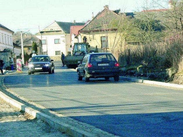 ODDYCHLI SI. Motoristé už nemusejí do Vlachova Březí jezdit po objížďce plné výmolů. Na náměstí vjíždějí opravenou ulicí Husova.
