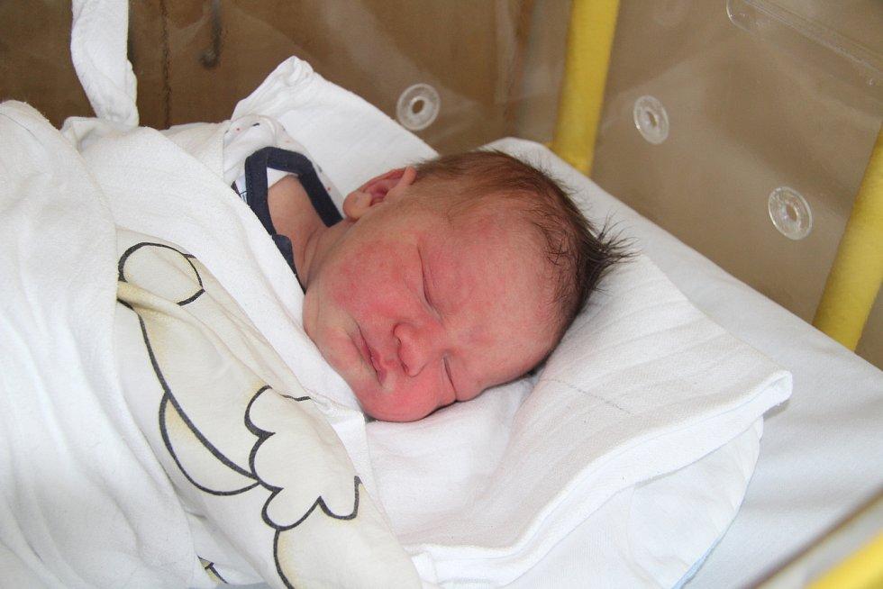 DAREK SIMAN, VODŇANY. Narodil se ve středu 2. října v 9 hodina 8 minut v prachatické porodnici.  Vážil 3290 gramů. Má sestřičku Melánii (5 let). Rodiče: Jana a Milan Simanovi.