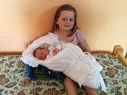 Martina Maříková se narodila v sobotu 28. dubna ve 22 hodin v prachatické porodnici. Vážila 3270 gramů. Rodiče Michala a Jiří  jsou ze Svojnic. Na snímku se sestřičkou, čtyřletou Lucinkou.