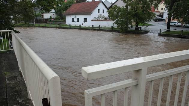 Obce s konečným úklidem čekají, až klesne voda.