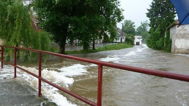 Netolický potok pod rybníkem Mnich před týdnem. Nyní všichni doufají, že se situace nebude opakovat.