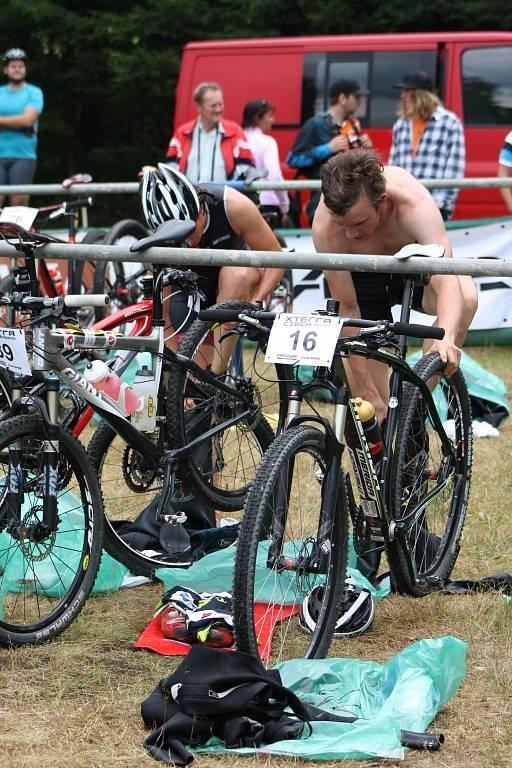 Plavecká část končí, boj na kole začíná i pro Matěje Nepustila.