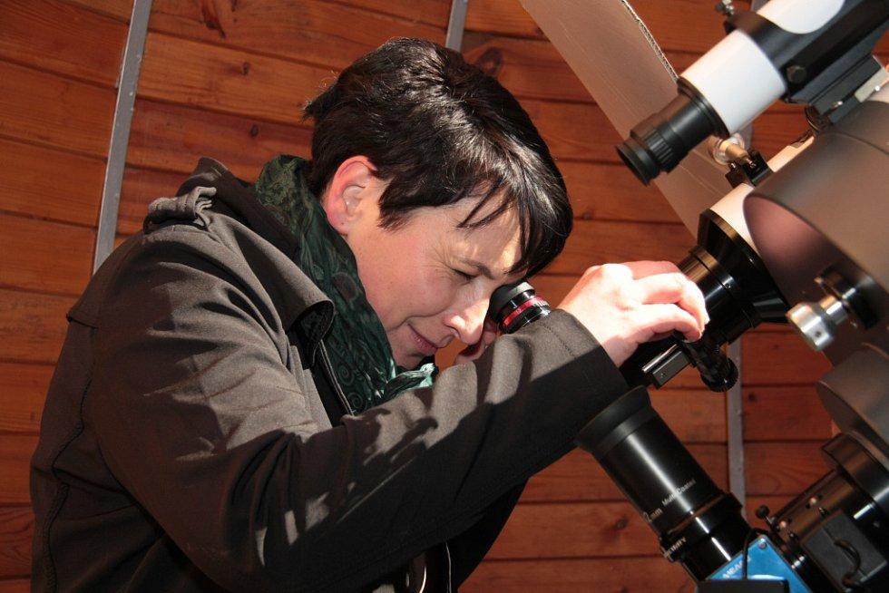 Částečné zatmění Slunce přes hvězdářský dalekohled viděla poprvé v životě také starostka Husince Ludmila Pánková.